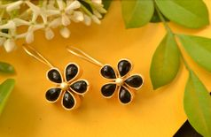 PRETTY BLACK SMALL MULTICOLOURED CLASSIC FLOWER GOLD TONE CHIC EARRINGS